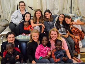 Un voluntario de Projects Abroad en su habitación con su familia hospedera en Ghana, África.