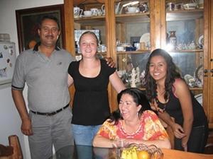 Una voluntaria posa sonriente junto a la familia que la acogió durante su proyecto en México.
