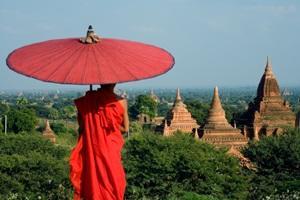 Un monje budista mira los templos antiguos en Myanmar, también conocido como Birmania, en Asia.