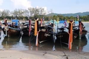 Botes flotando en las tranquilas aguas de Tailandia