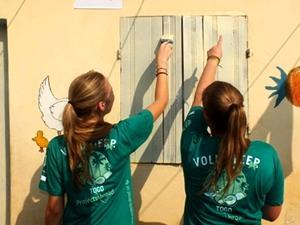 """Dos voluntarias de Projects Abroad participando en las actividades de un """"Día Sucio"""" en Togo"""