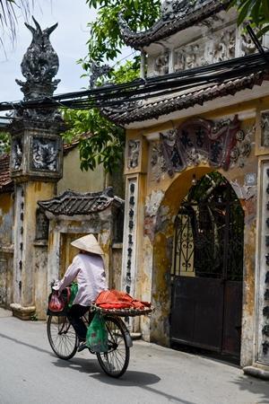 Una mujer vietnamita va en una bicicleta en la capital de Vietnam, Hanói, donde está ubicado Projects Abroad.