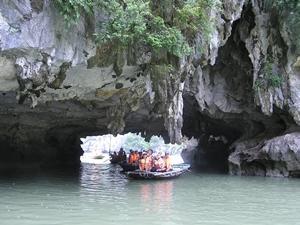 Voluntarios de Projects Abroad realizan un viaje para explorer las cuevas de la Bhaía de Halong Bay en Vietnam, Asia.