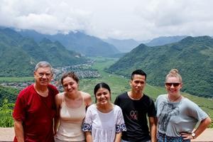 Voluntarios de Projects Abroad y miembros del personal local en el valle de Mai Chau en Vietnam, Asia.