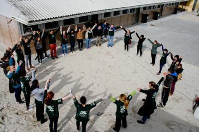 Un grupo de voluntarios haciendo un círculo en uno de los proyectos de Artes Escénicas y Teatro en África
