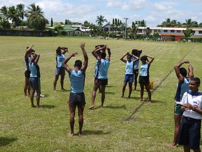 Estudiantes de atletismo realizan calentamiento para entrenamiento en Sri Lanka