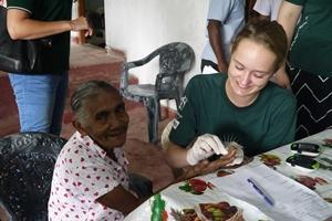 Un voluntario del Especial a Corto Plazo ayuda a controlar los niveles de azúcar en la sangre de una mujer de Sri Lanka.
