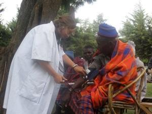 Voluntaria adolescente haciendo chequeo médico en proyecto de Salud Pública en Tanzania