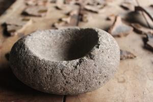 Primer plano de un artefacto Inca en restauración en Perú
