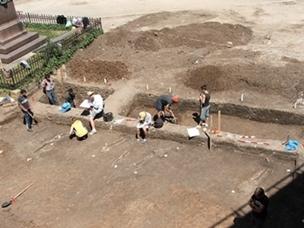 Voluntarios excavando en el sitio del Proyecto de Arqueología en Rumanía.