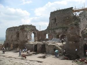 Voluntarios recuperan piezas de cerámica en el Proyecto Arqueológico en Rumanía.