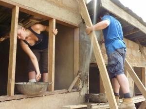 Voluntarios de construcción en Ghana colocando soportes