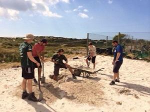 Voluntarios de Projects Abroad en Sudáfrica escavando en el Proyecto de Construcción