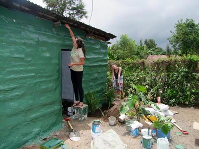 Voluntaria de Construcción pintando escuela en Tanzania