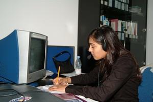 Interna de negocios en China trabajando en oficina