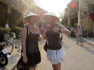 Dos voluntarias del Proyecto de Comunitario Rural con sombreros típicos en Vietnam.