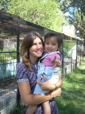 Voluntaria con una niña del Proyecto de Cuidado en Argentina.