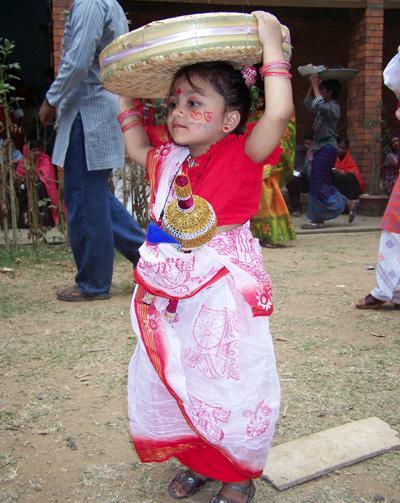 Una niña pequeña participa de una celebración para Naba Barsha, el año nuevo bengalí, un festivo tradicional en Bangladés