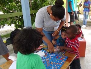 Niños participando de un juego educativo en un proyecto de Cuidado en Belice.