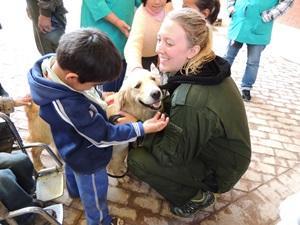 Una voluntaria de Projects Abroad participando en el Proyecto de Terapia Canina en Bolivia
