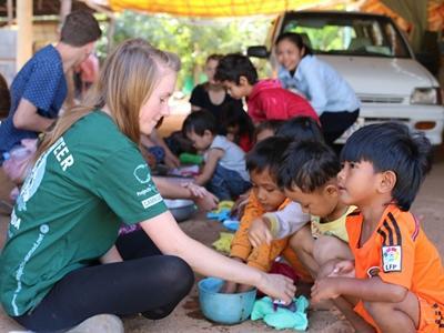 Una voluntaria de Projects Abroad enseñando a niños en un centros de cuidado de día en Camboya
