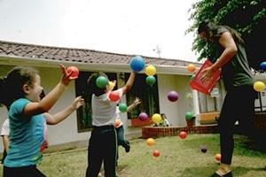 Voluntaria del Proyecto de Trabajo Social jugando con niños de un centro de Costa Rica