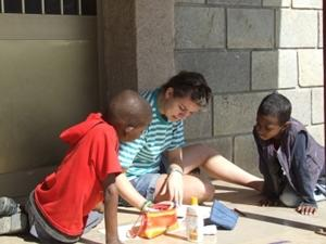 Voluntario realizando actividades lúdicas con niños en Etiopía