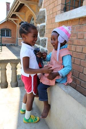 Dos niñas de Andasibe juegan y se divierten afuera de su casa