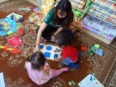 Voluntaria de Trabajo Social enseñando juegos didácticos a niños de Mongolia