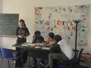 Una voluntaria de Projects Abroad enseñando a refugiados en Italia