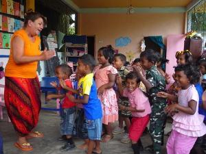 Voluntaria y niños durante actividad en centro de cuidado en Sri Lanka