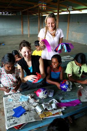 Voluntarias y niños jugando en Sri Lanka