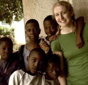 Voluntaria con niños en centro de cuidado infantil en Togo