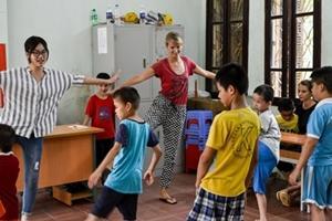 Una voluntaria de Projects Abroad trabaja con niños con necesidades especiales en un centro de rehabilitación en Vietnam
