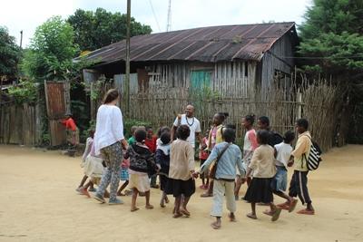 Niños de Madagascar juegan con una voluntaria de Projects Abroad en el pequeño pueblo de Andasibe