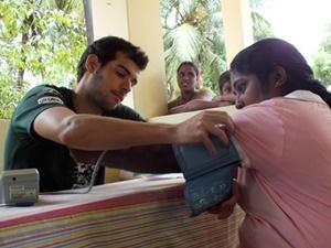 Voluntarios de Projects Abroad ayudan a lavarse las manos a los niños de la comunidad