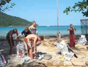 Voluntario del proyecto de Conservación en Cambodia fabricando dispositivos de lucha contra la pesca de arrastre.