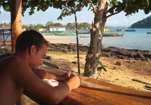 Voluntario del proyecto de Conservación en Cambodia estudiando en una de las areas comunales.