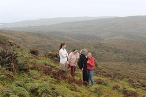 Un grupo de voluntarias en una pausa de su trabajo, apreciando la belleza de las Islas Galápagos, en el Proyecto de Conservación junto a Projects Abroad
