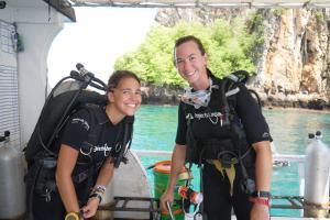 Voluntarias del proyecto de Buceo y Conservación Marina se preparan para una inmersión en el Tailandia, Asia.