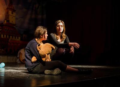 Estudiantes de proyecto de teatro durante obra en Rumanía