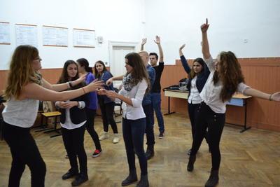 Voluntaria y estudiantes durante ensaño de obra teatral en Rumanía