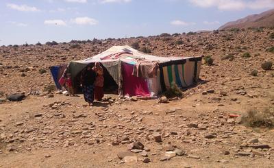 Familia hospedera afuera de su hogar nómada