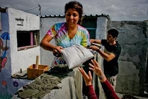 Voluntaria ayuda a colocar bolsas ecológicas en el proyecto comunitario municipal de Sudáfrica