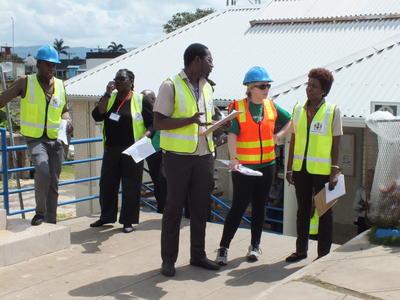 Voluntarios y equipo local durante simulacro de desastre natural