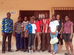 Una voluntaria de Projects Abroad junto al personal del Togo en su proyecto de Desarrollo Internacional en África Occidental