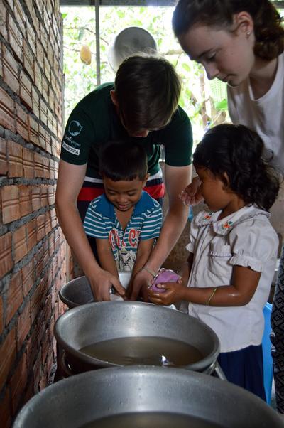 Voluntarios enseñan a niños a lavarse las manos