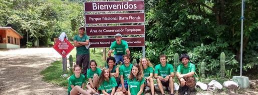 Jóvenes voluntarios posando en su proyecto de Conservación en Costa Rica