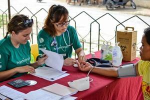 Voluntarias de Projects Abroad en un programa de intervención médica en la ciudad de Bogo, Filipinas.