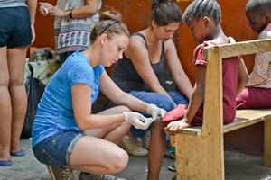Un grupo de voluntarios en un programa de intervención médica en Ghana